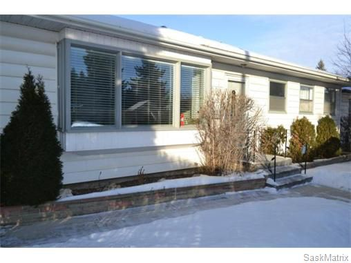 Main Photo: 2208 Clarence Avenue South in Saskatoon: Queen Elizabeth Single Family Dwelling for sale (Saskatoon Area 02)  : MLS®# 561108