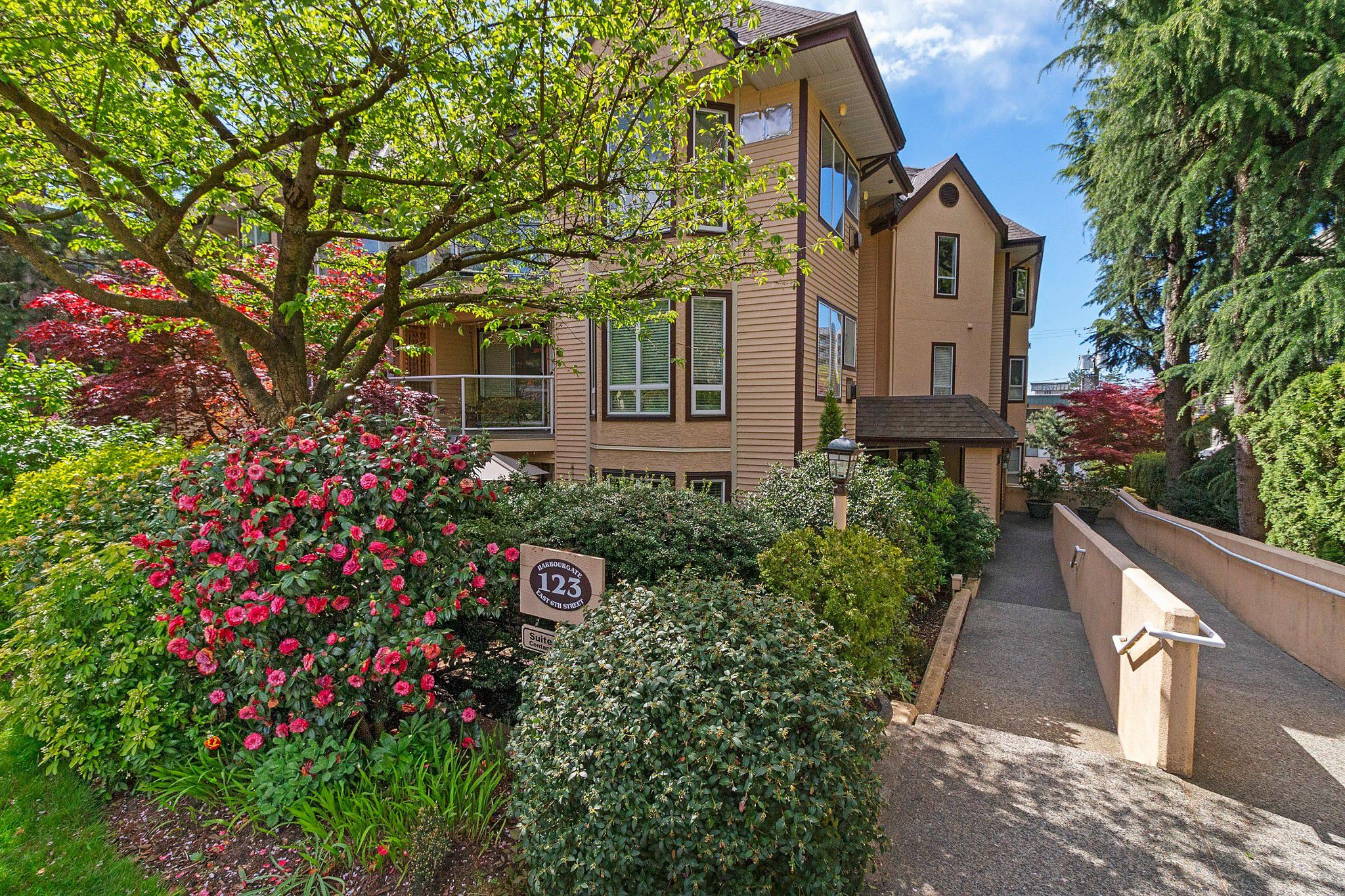 """Main Photo: 101 123 E 6TH Street in North Vancouver: Lower Lonsdale Condo for sale in """"HARBOURGATE"""" : MLS®# R2364777"""
