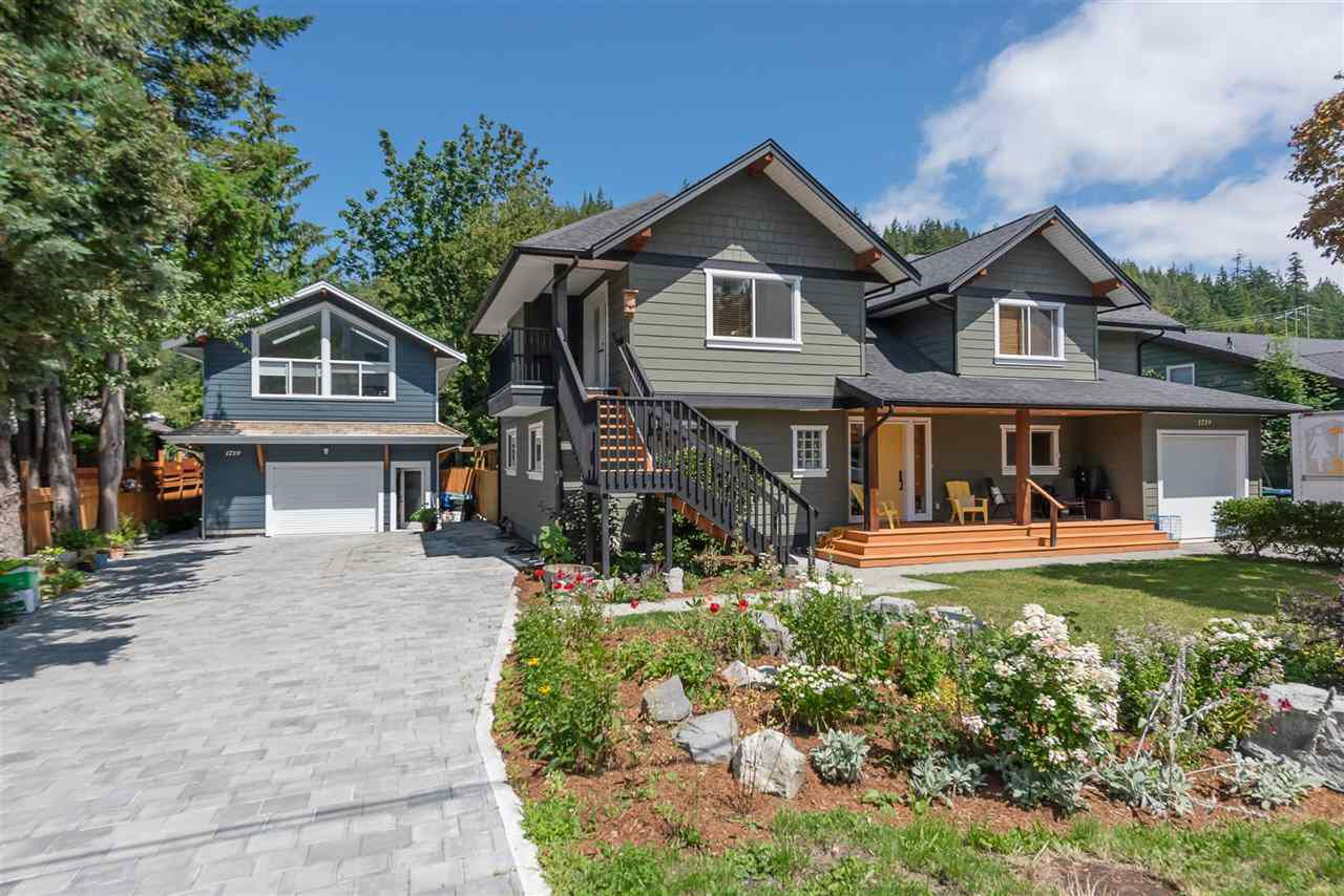 Main Photo: 1719 VISTA Crescent in Squamish: Hospital Hill House for sale : MLS®# R2386040