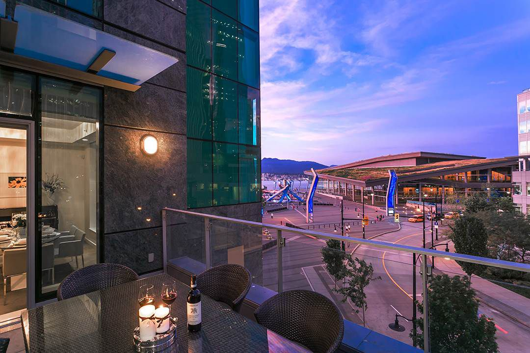 """Main Photo: 402 277 THURLOW Street in Vancouver: Coal Harbour Condo for sale in """"Three Harbour Green"""" (Vancouver West)  : MLS®# R2085061"""