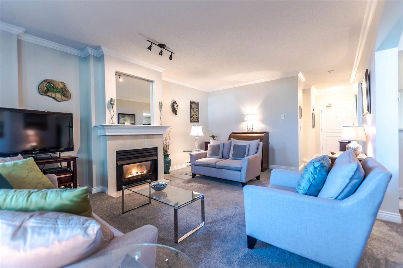 Gorgeous Livingroom, high ceilings