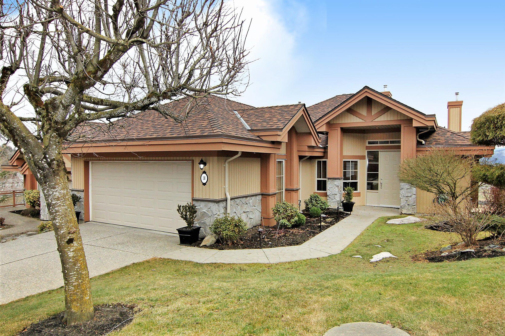 """Main Photo: 18 35931 EMPRESS Drive in Abbotsford: Abbotsford East Townhouse for sale in """"Majestic Ridge"""" : MLS®# R2349776"""