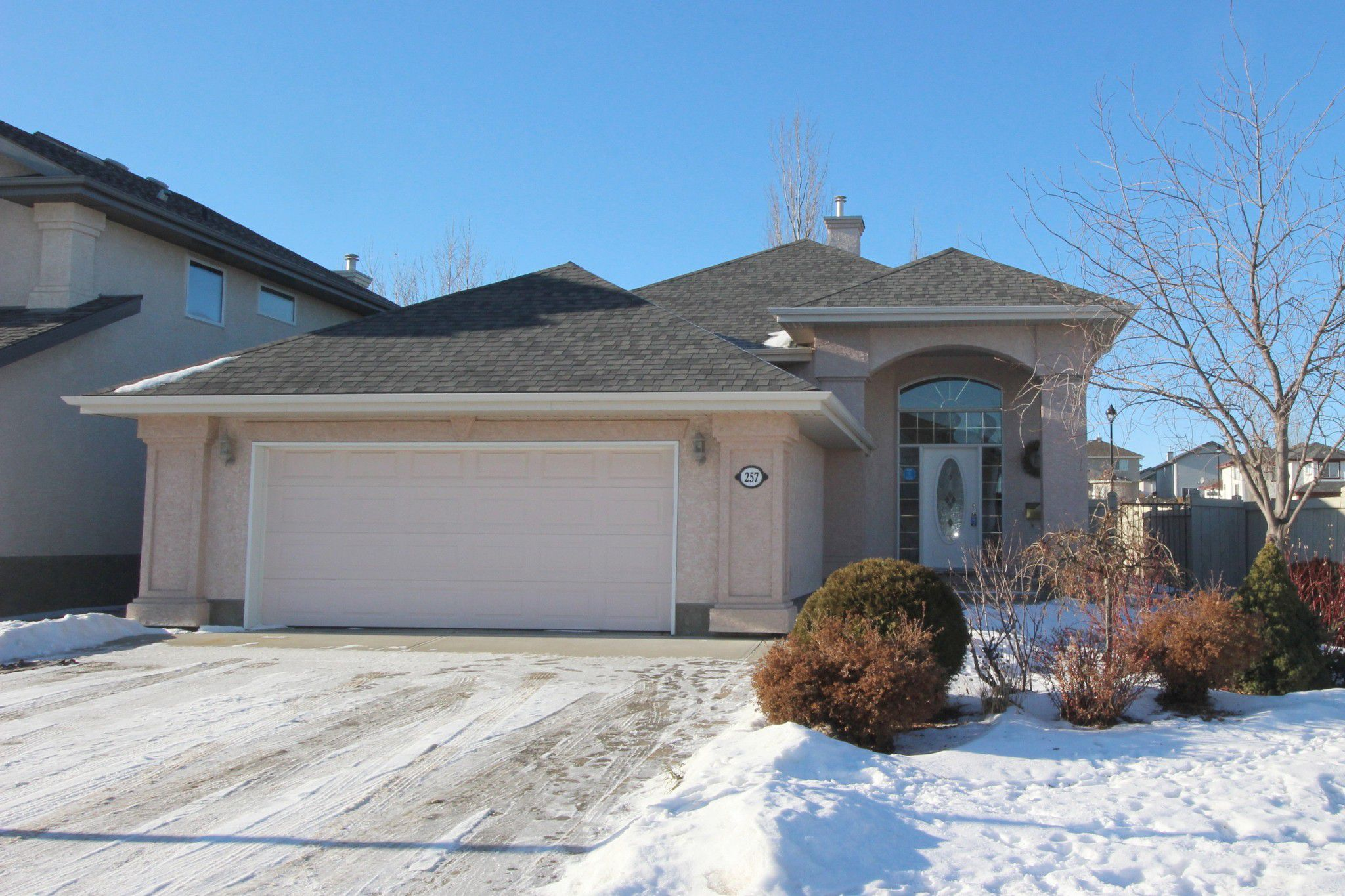 Main Photo: 257 Lindsay Crescent in Edmonton: House for sale