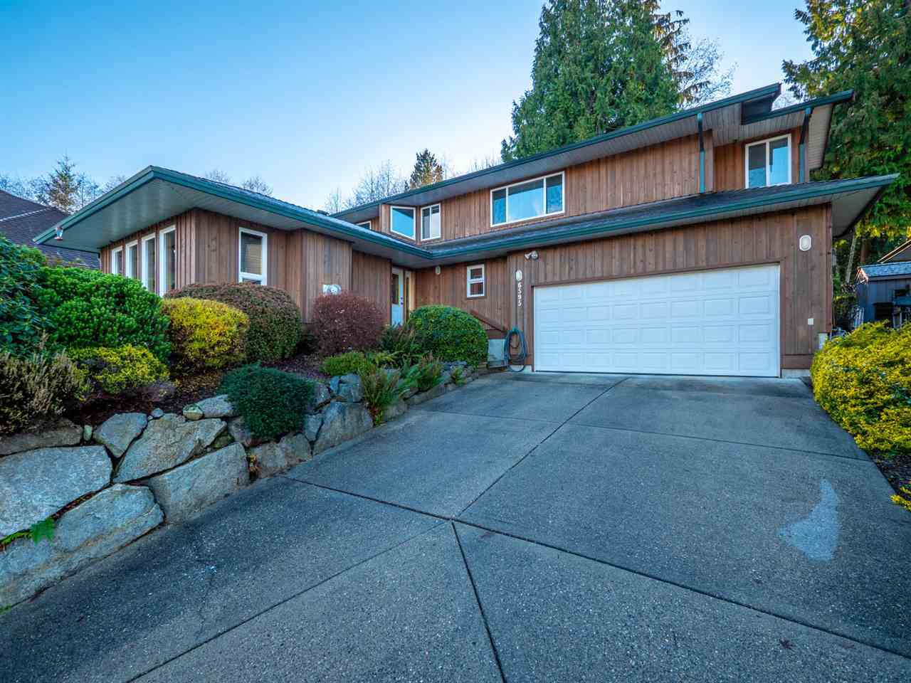 """Main Photo: 6595 N GALE Avenue in Sechelt: Sechelt District House for sale in """"THE SHORES"""" (Sunshine Coast)  : MLS®# R2325922"""