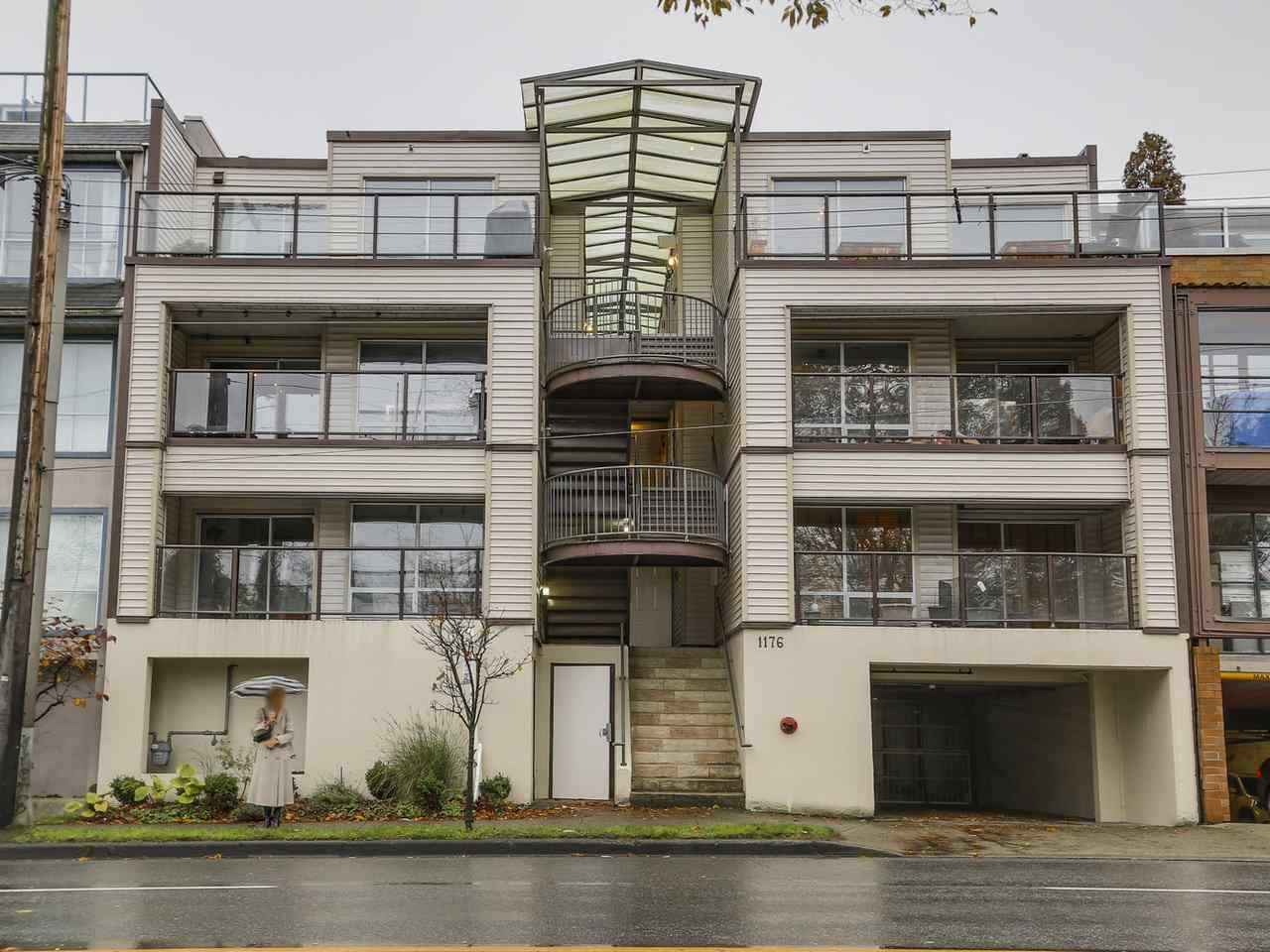 """Main Photo: 302 1176 W 6TH Avenue in Vancouver: Fairview VW Condo for sale in """"ALDER HEIGHTS"""" (Vancouver West)  : MLS®# R2118952"""