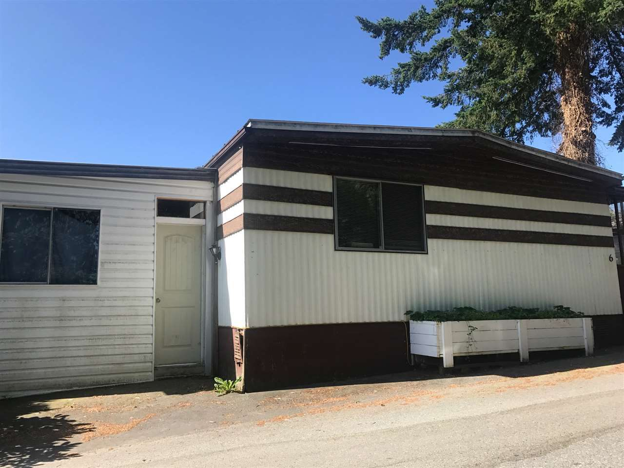 """Main Photo: 6 8190 KING GEORGE Boulevard in Surrey: Bear Creek Green Timbers Manufactured Home for sale in """"King George"""" : MLS®# R2185595"""