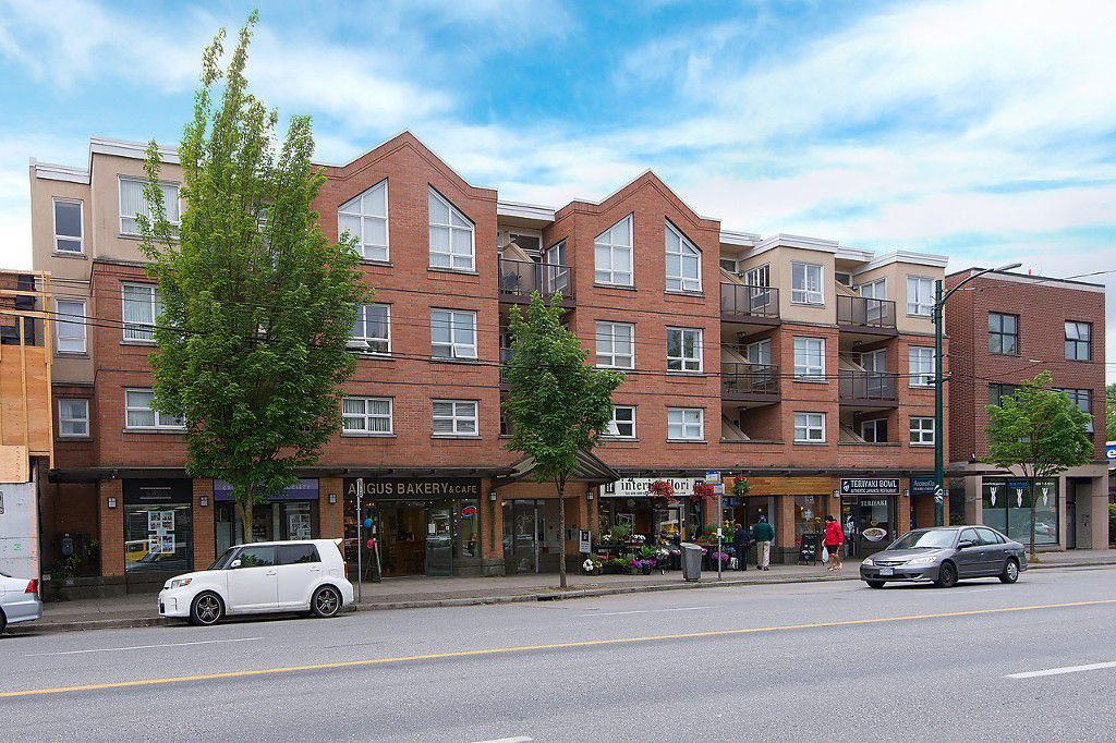 """Main Photo: 208 3638 W BROADWAY in Vancouver: Kitsilano Condo for sale in """"CORAL COURT"""" (Vancouver West)  : MLS®# V1127113"""
