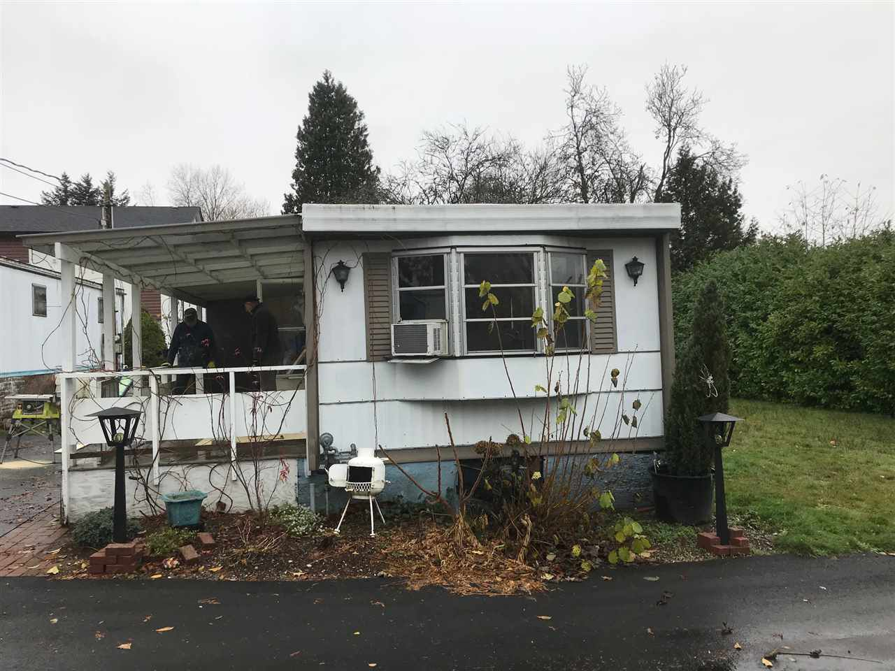 "Main Photo: 28 16039 FRASER Highway in Surrey: Fleetwood Tynehead Manufactured Home for sale in ""Fleetwood"" : MLS®# R2222865"