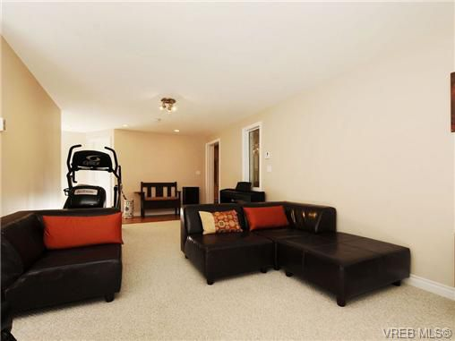 Main Photo: 1515 Regents Place in VICTORIA: Vi Rockland Residential for sale (Victoria)  : MLS®# 342214