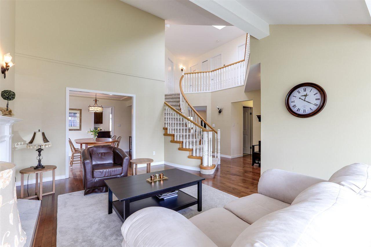 Beautiful & bright living room