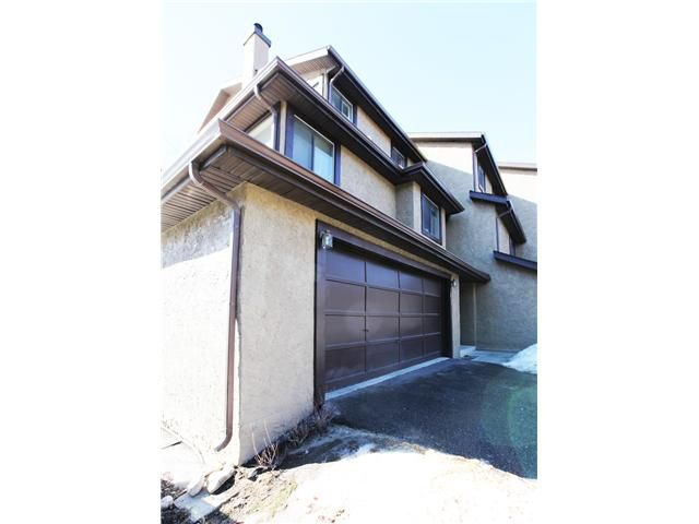 Main Photo: 17 GLAMIS Gardens SW in CALGARY: Glamorgan Townhouse for sale (Calgary)  : MLS®# C3603995
