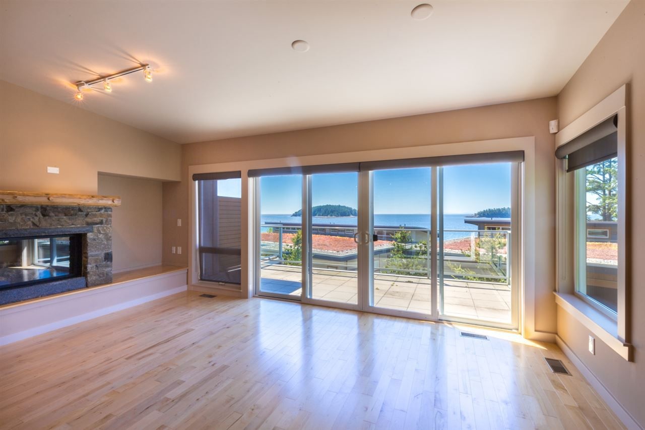 "Photo 4: Photos: 5398 WAKEFIELD BEACH Lane in Sechelt: Sechelt District Townhouse for sale in ""WAKEFIELD BEACH LANE - WATERFRONT"" (Sunshine Coast)  : MLS®# R2178419"