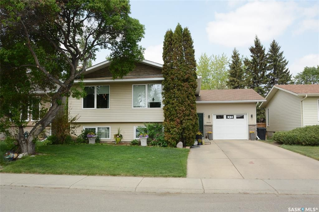 Main Photo: 231 Charlebois Crescent in Saskatoon: Silverwood Heights Residential for sale : MLS®# SK774067