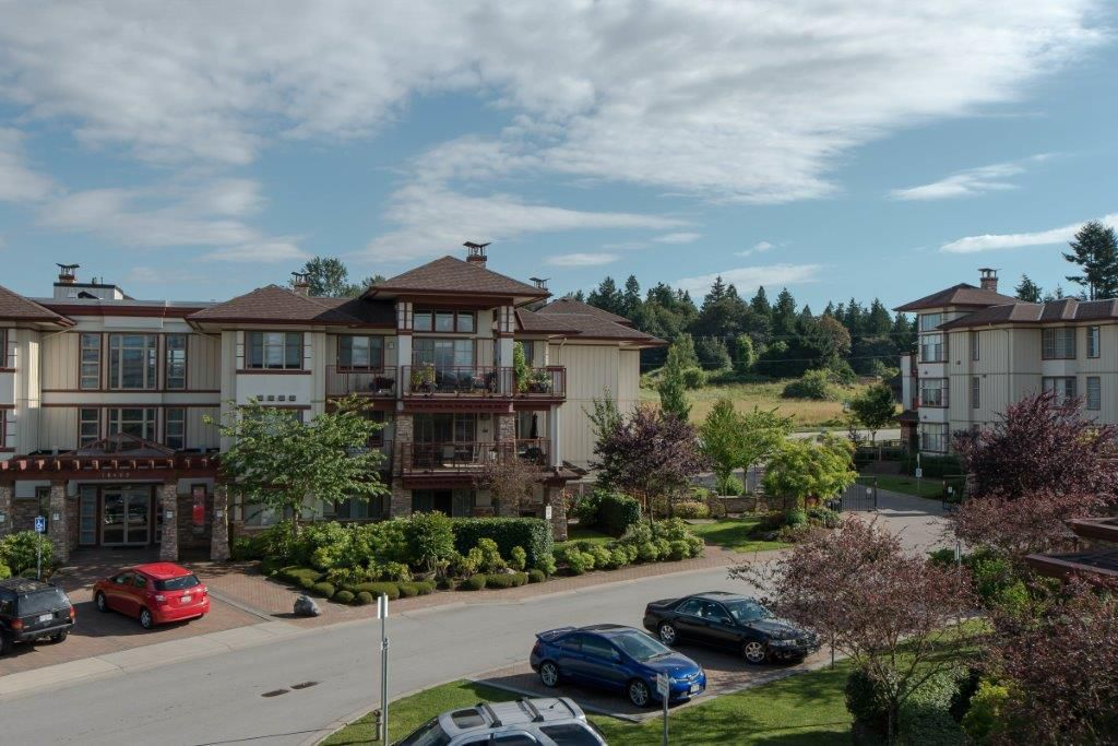 """Main Photo: 301 16477 64 Street in Surrey: Cloverdale BC Condo for sale in """"St. Andrews"""" (Cloverdale)  : MLS®# R2063867"""
