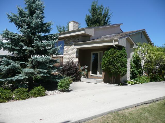 Main Photo: 102 SPRUCE THICKET Walk in WINNIPEG: West Kildonan / Garden City Residential for sale (North West Winnipeg)  : MLS®# 1115446