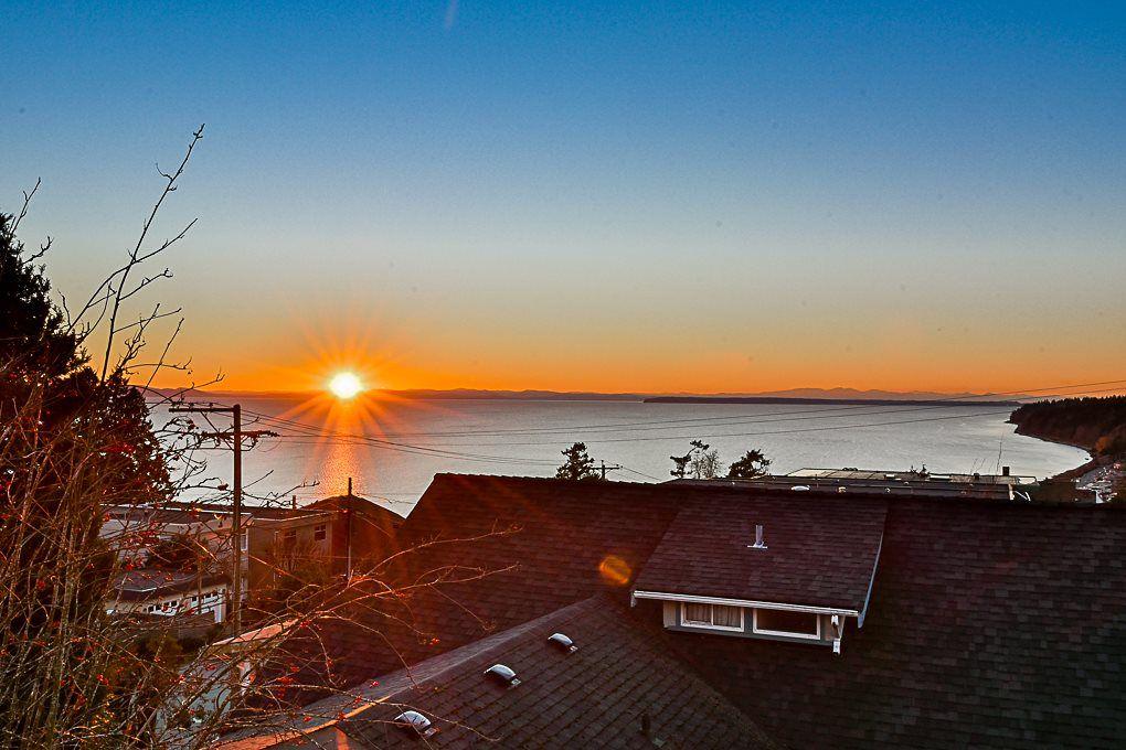 """Main Photo: 304 15131 BUENA VISTA Avenue: White Rock Condo for sale in """"BAY POINTE"""" (South Surrey White Rock)  : MLS®# R2326877"""