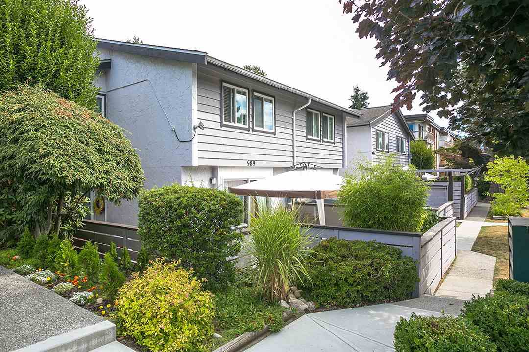 """Main Photo: 985 HOWIE Avenue in Coquitlam: Central Coquitlam Townhouse for sale in """"OAKWOOD"""" : MLS®# R2202056"""