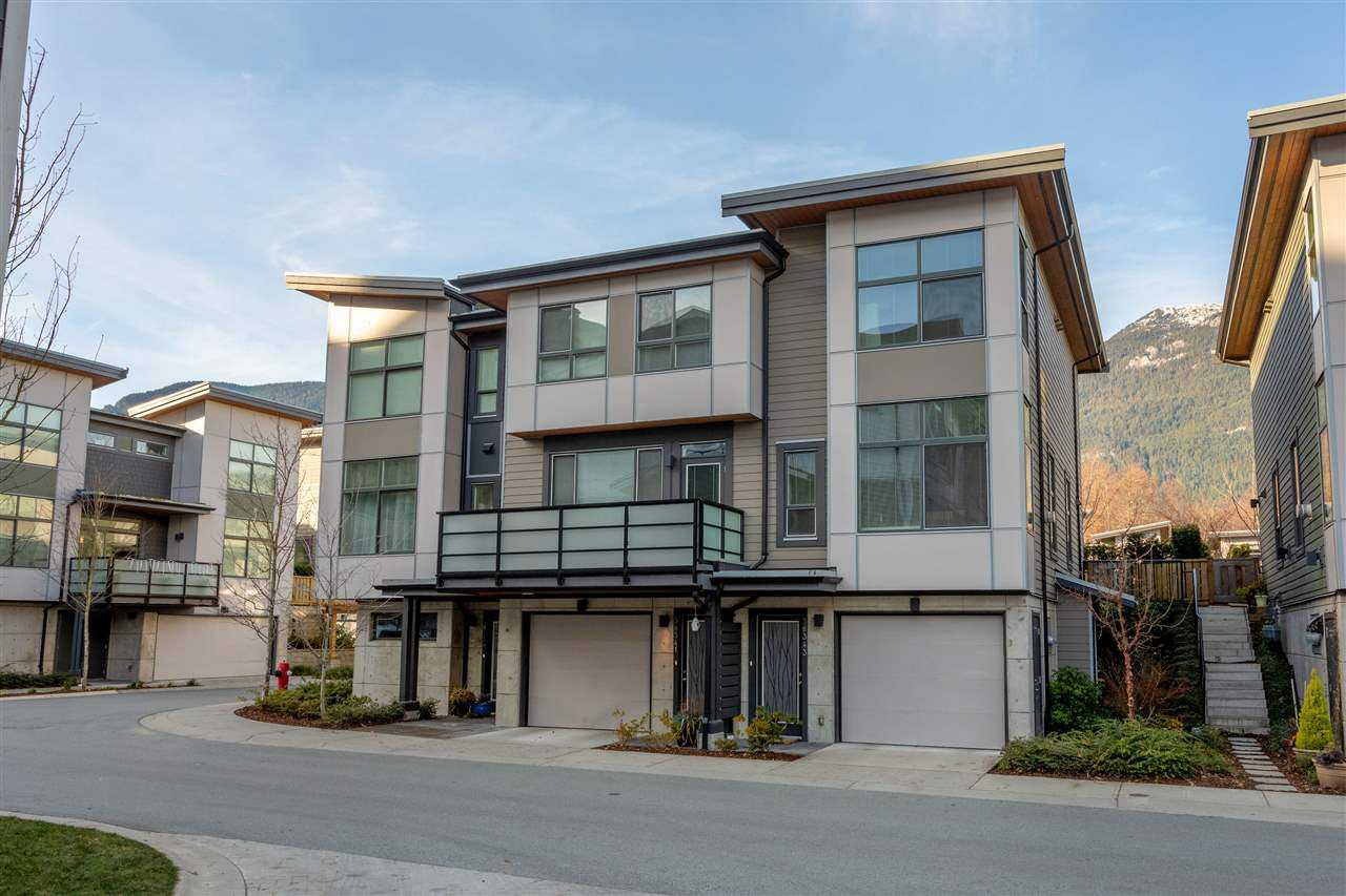 "Main Photo: 38343 SUMMIT'S VIEW Drive in Squamish: Downtown SQ Townhouse for sale in ""NATURE'S GATE EAGLEWIND"" : MLS®# R2327010"
