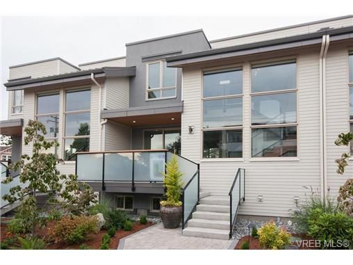 Main Photo: Fee Simple Townhome in Sidney By The Sea