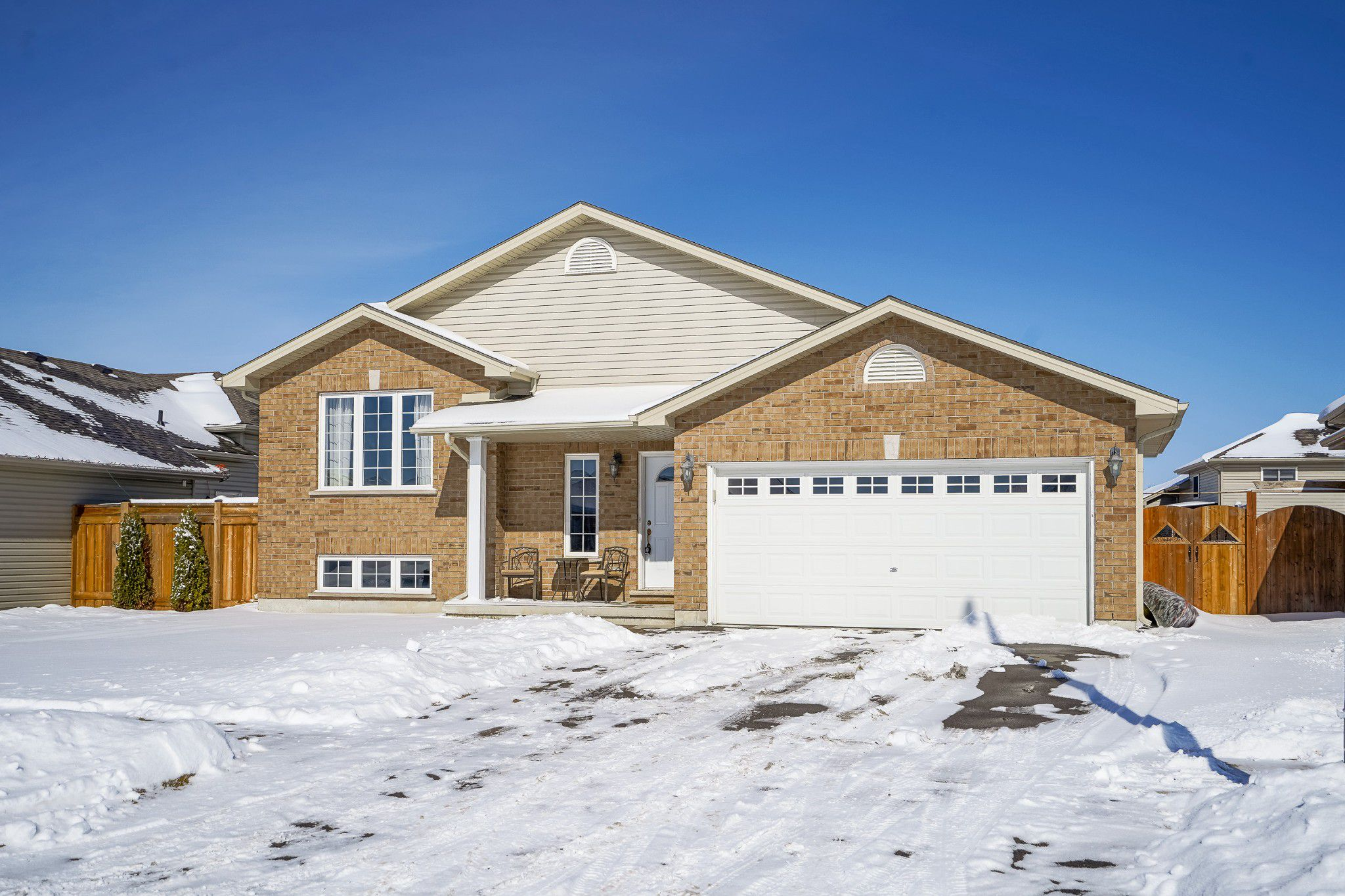 Main Photo: 11 Donald Crescent in Hgersville: House for sale : MLS®# H4047173