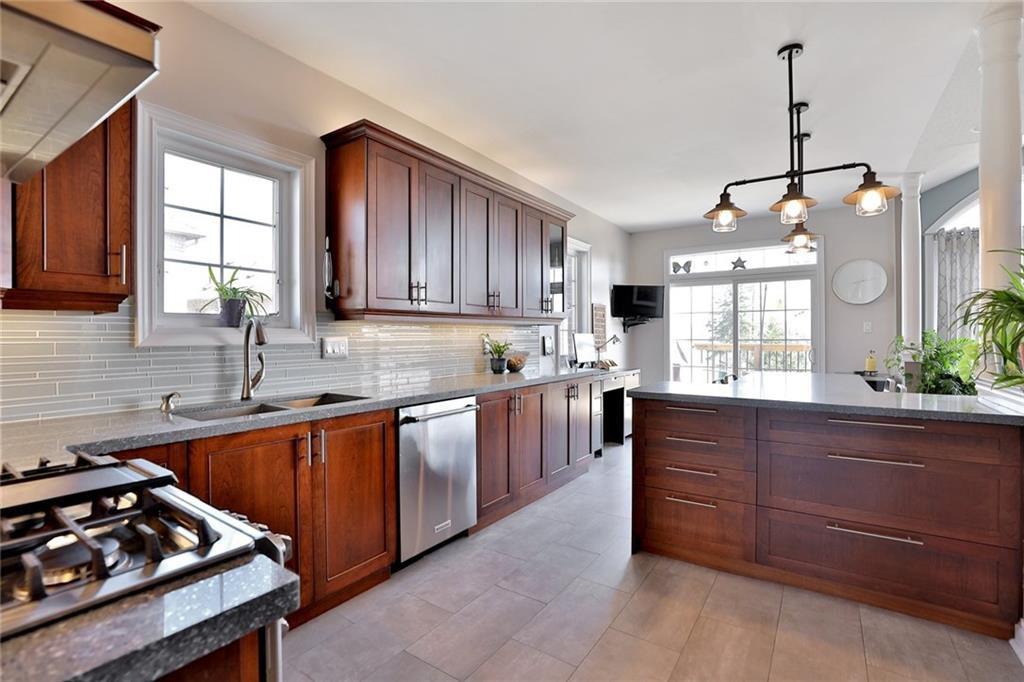 Main Photo: 1098 Zamuner Crt in : 1015 - RO River Oaks FRH for sale (Oakville)  : MLS®# 30570239