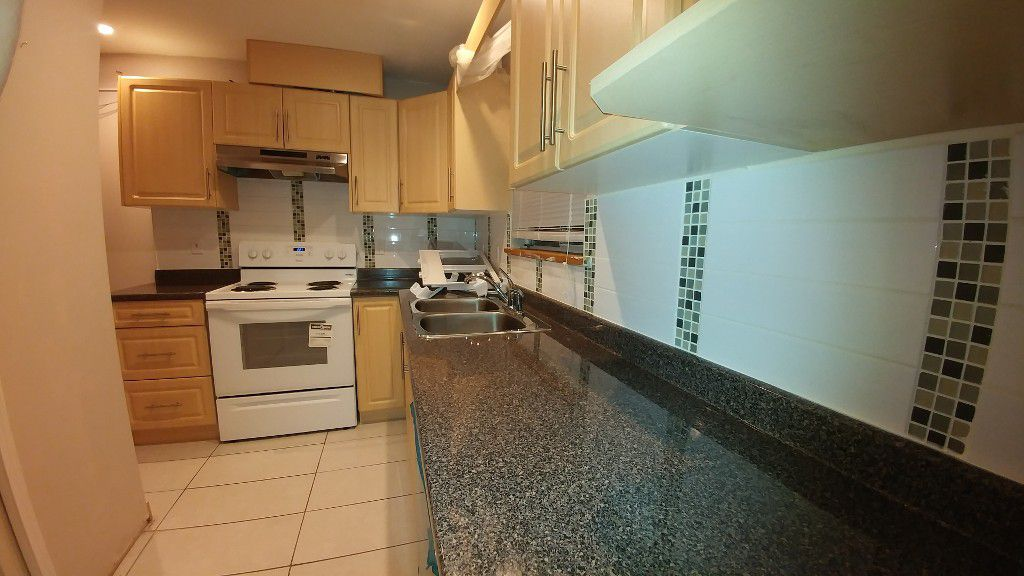 Main Photo: 5442 Rumble St in Burnaby: Condo for rent (Burnaby South)