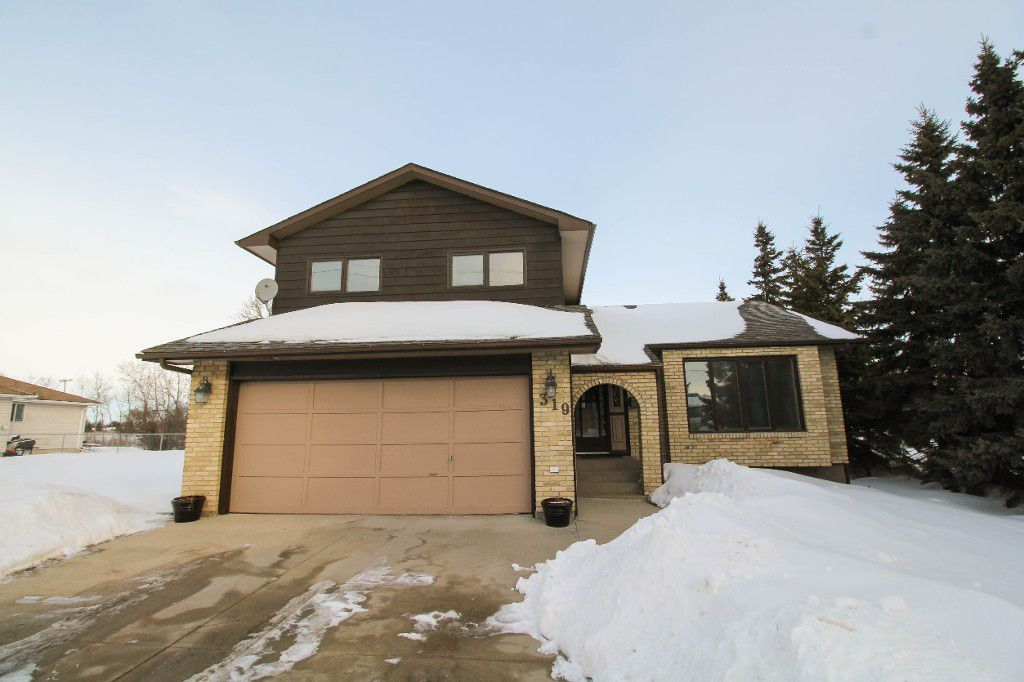Well cared for two storey family home!