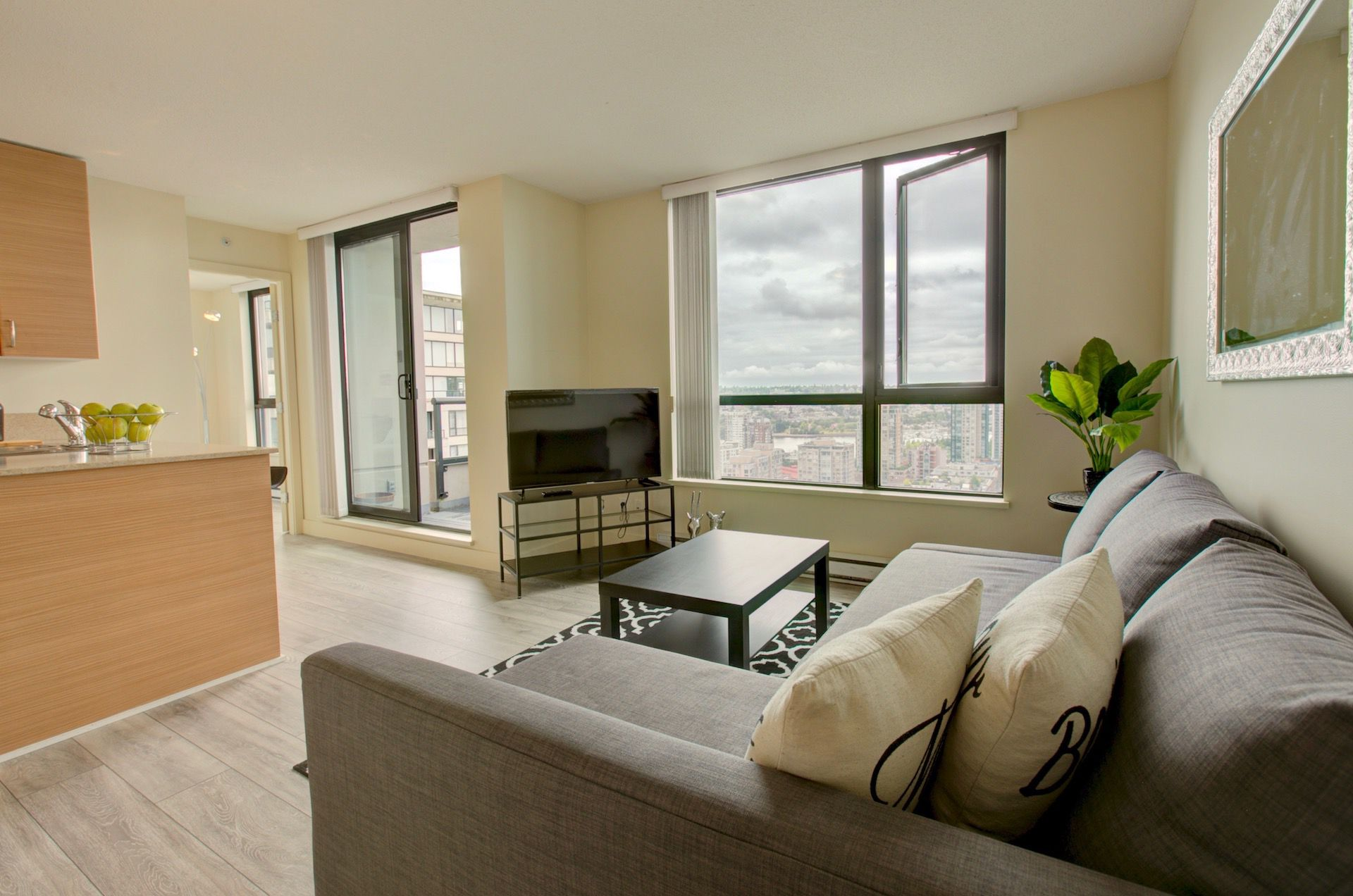 Main Photo: 928 Homer in Vancouver: Condo for lease