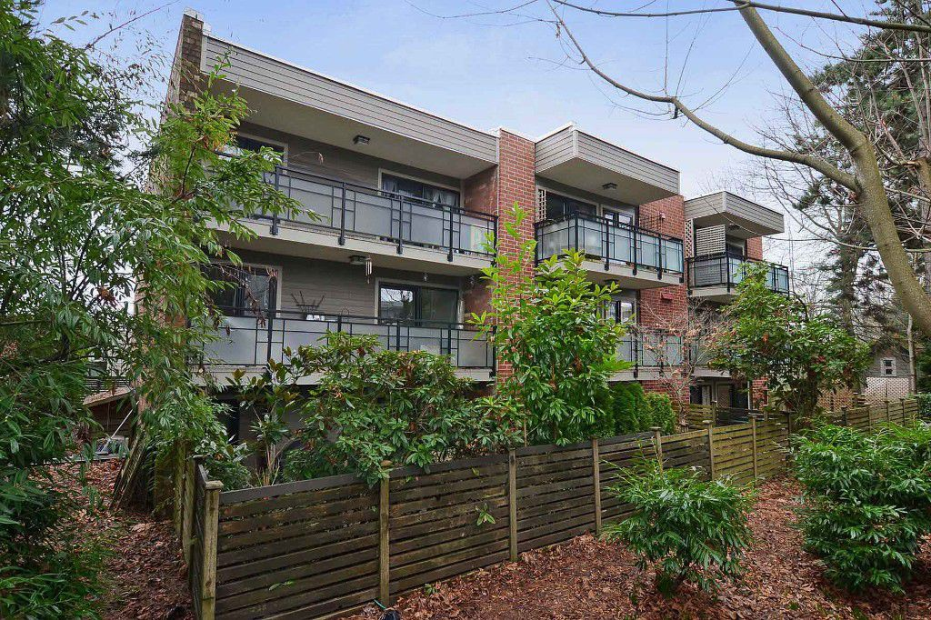 "Main Photo: 403 360 E 2ND Street in North Vancouver: Lower Lonsdale Condo for sale in ""EMERALD MANOR"" : MLS®# V993819"