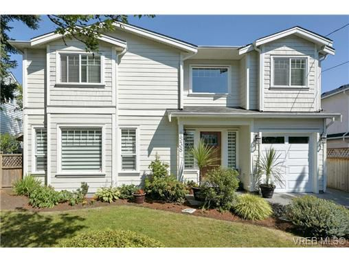 Main Photo: 1538 Edgware Rd Road in Victoria: Vi Oaklands Single Family Detached for sale : MLS®# 353427