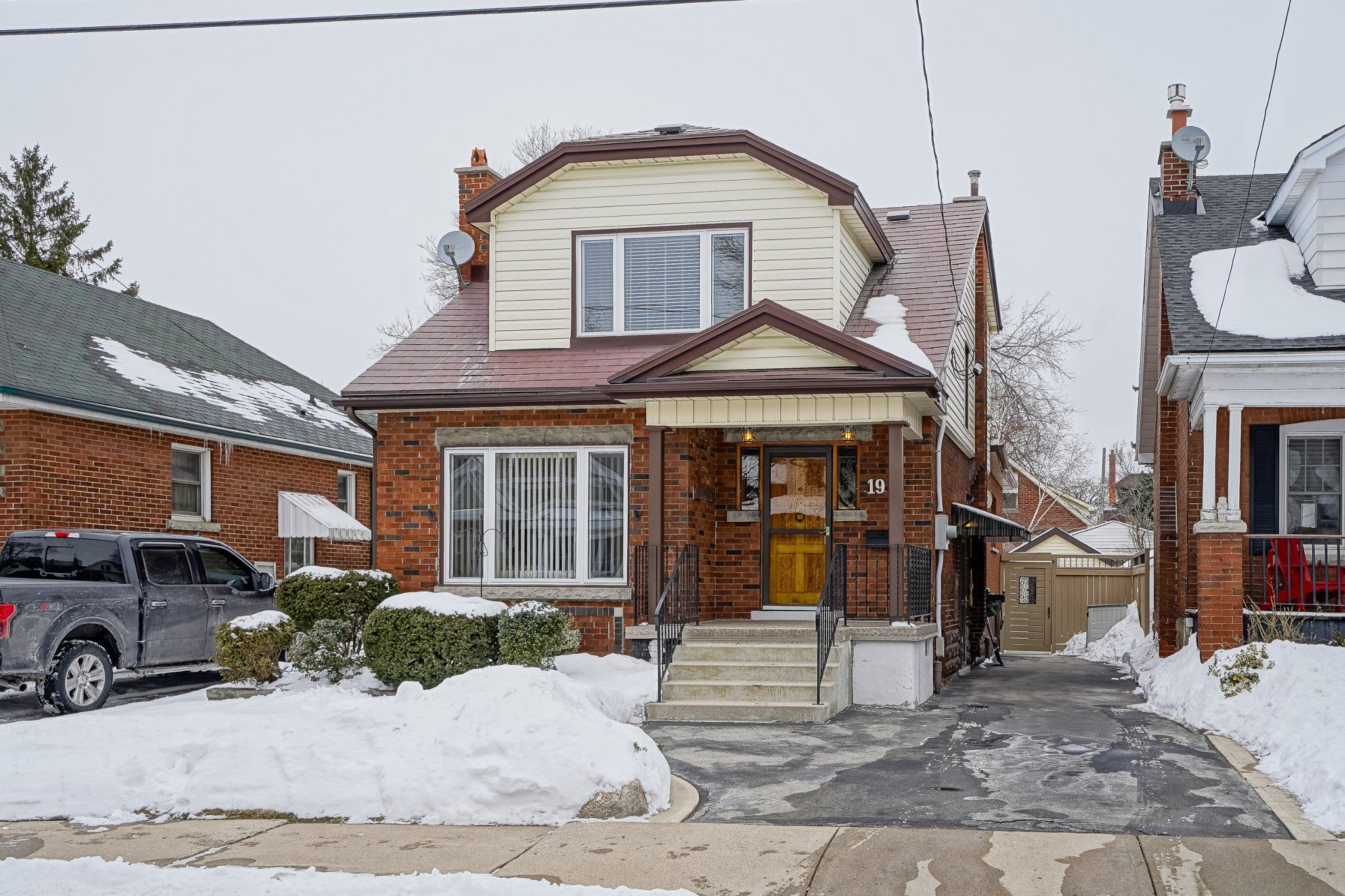 Main Photo: 17 Alpine Avenue in Hamilton: House for sale : MLS®# H4046661