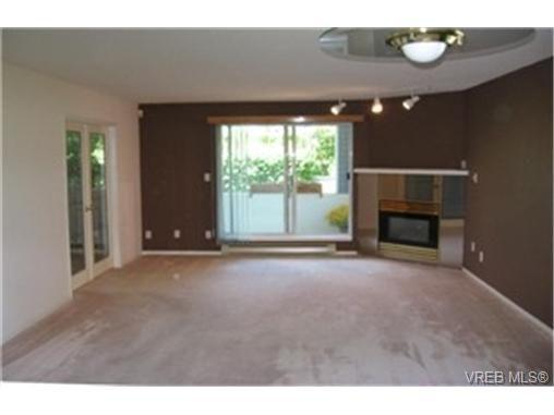 Main Photo: 113 3206 Alder Street in VICTORIA: SE Quadra Condo Apartment for sale (Saanich East)  : MLS®# 234305