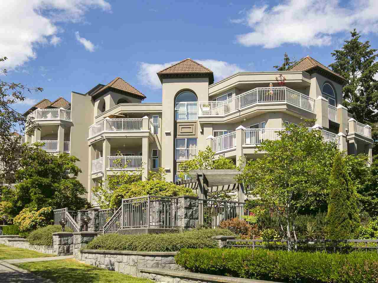 Main Photo: 402 519 TWELFTH STREET in New Westminster: Uptown NW Condo for sale : MLS®# R2070097