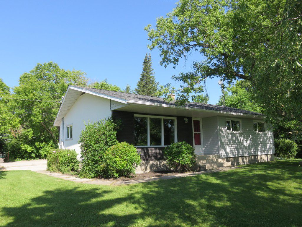 IDEAL COUNTRY HOME! 1176 sf 3 Bedroom Bungalow with Insulated & Heated 24x28 AT2 Garage Located on a Mature Treed & Landscaped 3.26 Acre Lot near the Town of Hazelridge on Paved Myrtle St. at the Intersection of Paved Garven Rd. in the RM of Springfield,