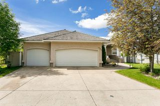 Photo 2: 824 Ormsby Close in Edmonton: Zone 20 House for sale : MLS®# E4203476