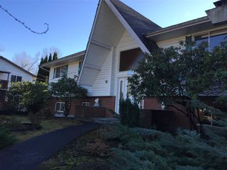 Photo 2: 2426 CHILCOTT Avenue in Port Coquitlam: Woodland Acres PQ House for sale : MLS®# R2528354