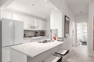"""Photo 7: GR-3J 1077 MARINASIDE Crescent in Vancouver: Yaletown Condo for sale in """"Marinaside Resort"""" (Vancouver West)  : MLS®# R2420245"""