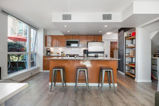 """Photo 4: 305 188 E ESPLANADE in North Vancouver: Lower Lonsdale Townhouse for sale in """"Esplanade at the Pier"""" : MLS®# R2457175"""