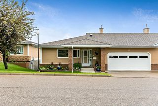 Photo 4: 20 140 STRATHAVEN Circle SW in Calgary: Strathcona Park Semi Detached for sale : MLS®# C4306034