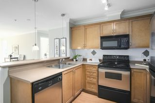 Photo 3: 302 128 W 21ST STREET in North Vancouver: Central Lonsdale Condo for sale : MLS®# R2408450