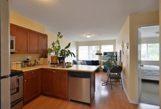 """Photo 2: 105 624 SHAW Road in Gibsons: Gibsons & Area Condo for sale in """"THE ROSEWOOD"""" (Sunshine Coast)  : MLS®# R2462254"""