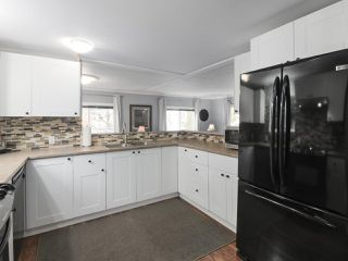"""Photo 8: 11 1840 160TH Street: White Rock Manufactured Home for sale in """"BREAKAWAY BAYS"""" (South Surrey White Rock)  : MLS®# R2441669"""