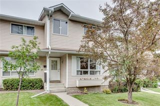 Photo 1: 113 WOODSMAN Lane SW in Calgary: Woodbine Row/Townhouse for sale : MLS®# C4259264