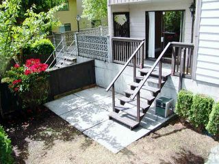 "Photo 2: 111 1442 BLACKWOOD Street: White Rock Condo for sale in ""Blackwood Manor"" (South Surrey White Rock)  : MLS®# R2430759"