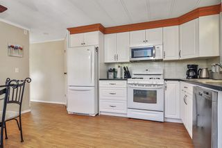 """Photo 7: 66 2270 196 Street in Langley: Brookswood Langley Manufactured Home for sale in """"Pineridge Park"""" : MLS®# R2459842"""