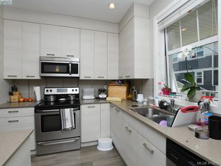 Photo 5: 11 3356 Whittier Ave in VICTORIA: SW Rudd Park Row/Townhouse for sale (Saanich West)  : MLS®# 820607