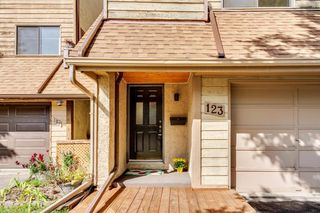 Photo 1: 123 WOODVALE Bay SW in Calgary: Woodlands Row/Townhouse for sale : MLS®# A1032069