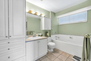 """Photo 13: 64 6885 184 Street in Surrey: Cloverdale BC Townhouse for sale in """"Creekside"""" (Cloverdale)  : MLS®# R2446428"""