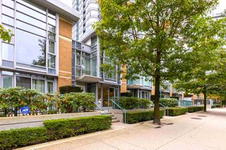 "Photo 2: 1056 PACIFIC Boulevard in Vancouver: Yaletown Townhouse for sale in ""Quaywest"" (Vancouver West)  : MLS®# R2431861"