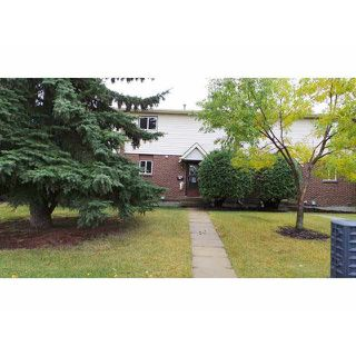 Photo 1: 9301 Morinville Drive in Morinville: Townhouse for rent